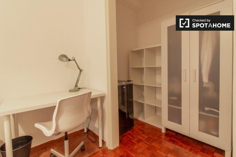 Quarto acolhedor em apartamento com 9 quartos nas Avenidas Novas, Lisboa