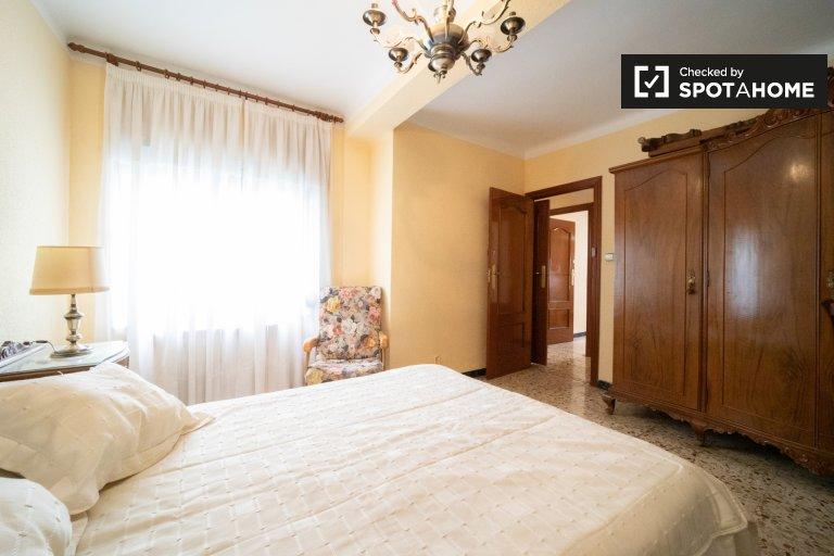 Room for rent in 3-bedroom apartment in Alcalá de Henares