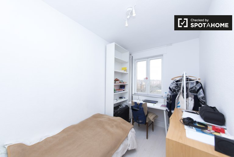 Pleasant room for rent in 4-bedroom apartment in Aluche