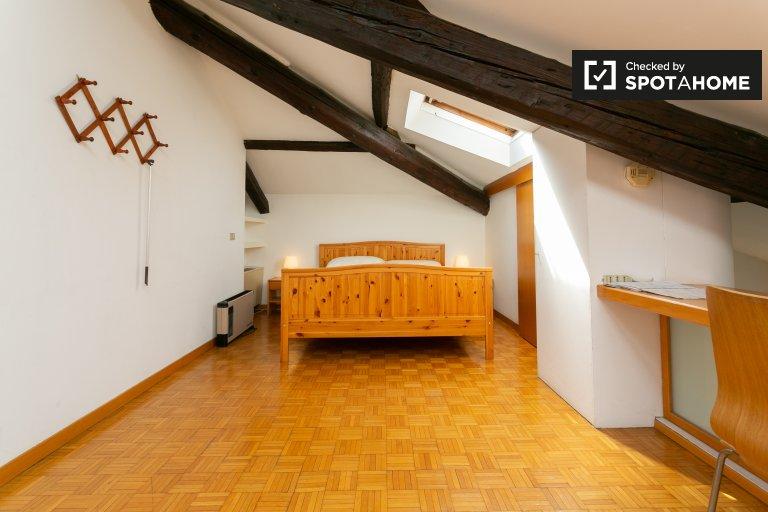 Se alquila habitación en el apartamento de 2 dormitorios en De Angeli, Milán.