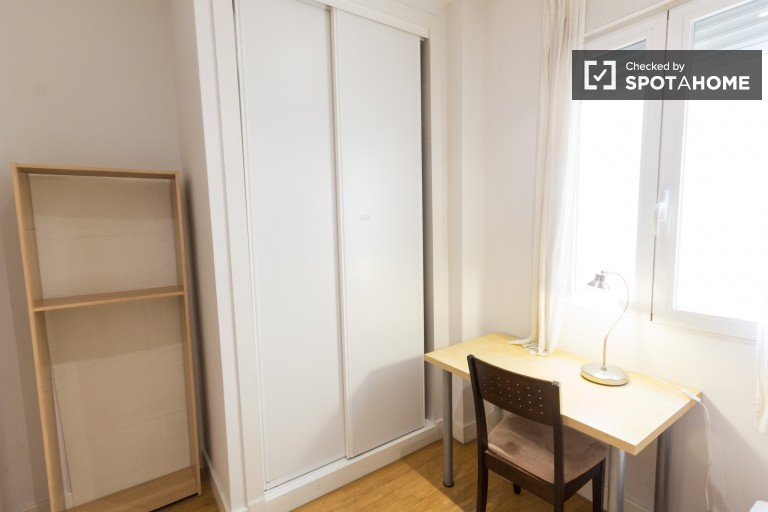 Room with single bed and desk - Room 1