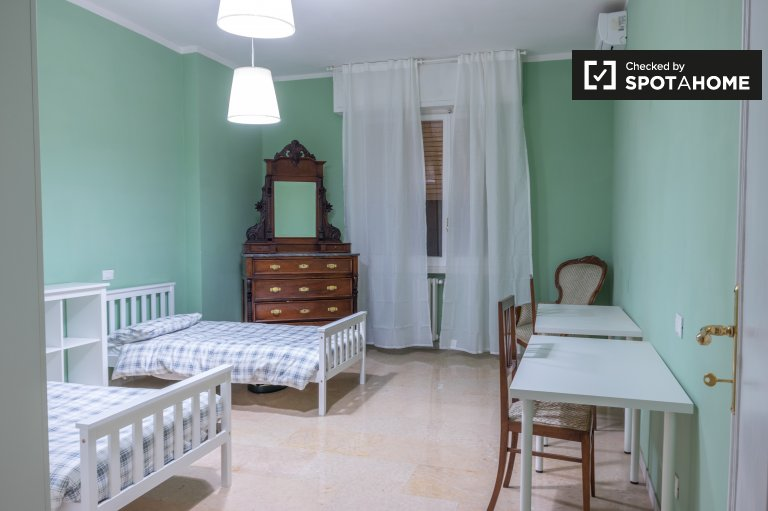 Spacious shared room 4-bedroom apartment in Novoli, Florence