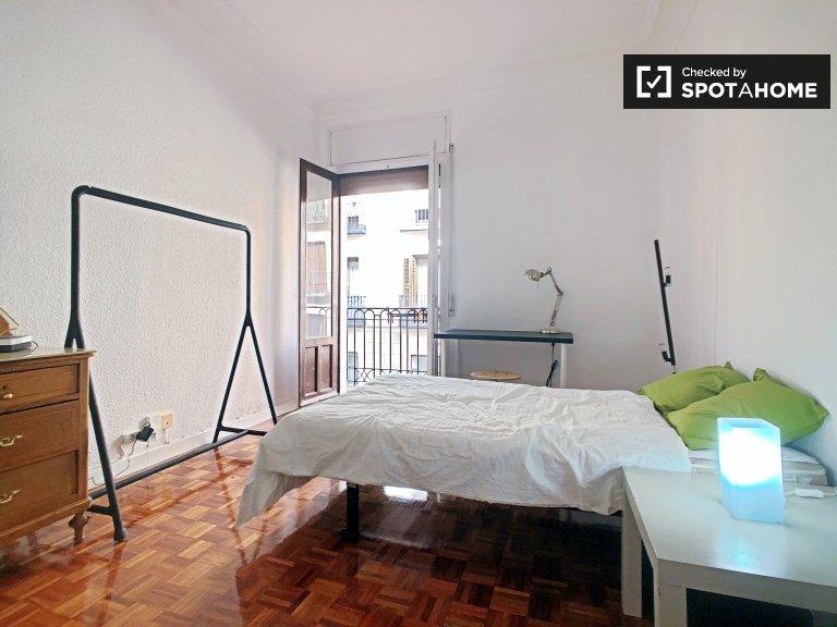 Malasaña'da kiralık 3 yatak odalı dairede şık oda