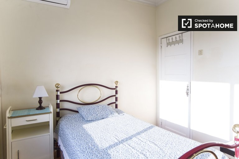 Cozy room in 3-bedroom residence hall, Encarnação, Libson