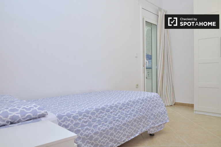 Share a 4-bedroom apartment by Eixample, Barcelona