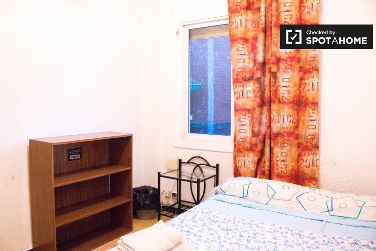 Calm room in 3-bedroom apartment in Barri Gòtic, Barcelona