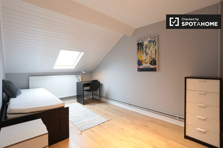 Espaçoso quarto em apartamento de 3 quartos, Ixelles, Bruxelas