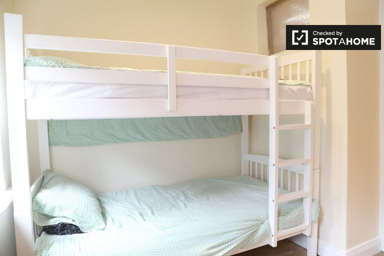Tidy shared room in 3-bedroom houseshare in Stoneybatter