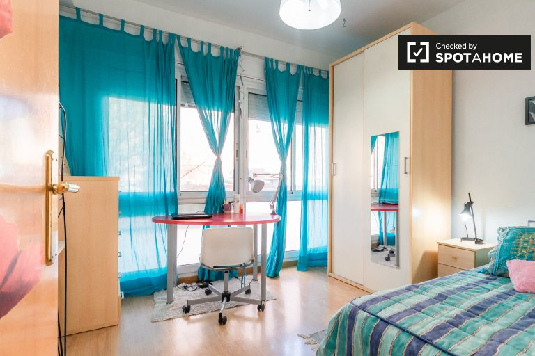 Room in 4-bedroom apartment in Sant Martí, Barcelona