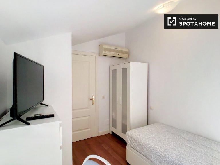 Jasny pokój w apartamencie z 2 sypialniami w Guindalera w Madrycie