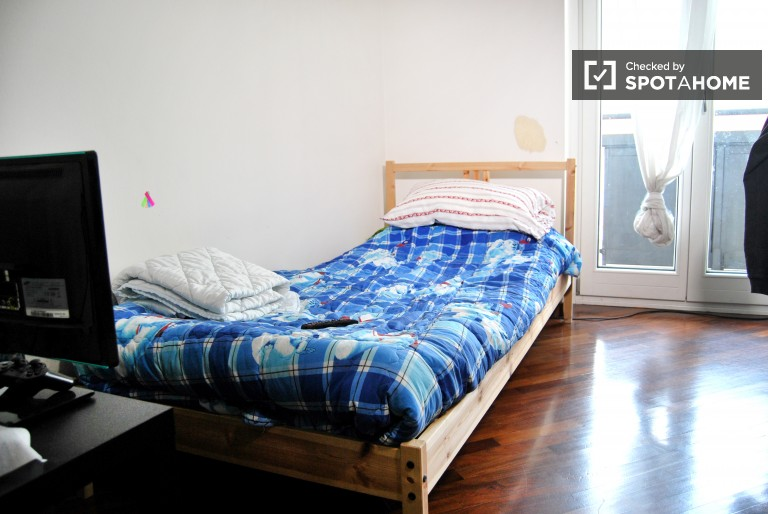 Single Bed in Rooms in a 4 bedroom apartment on Corso Vercelli