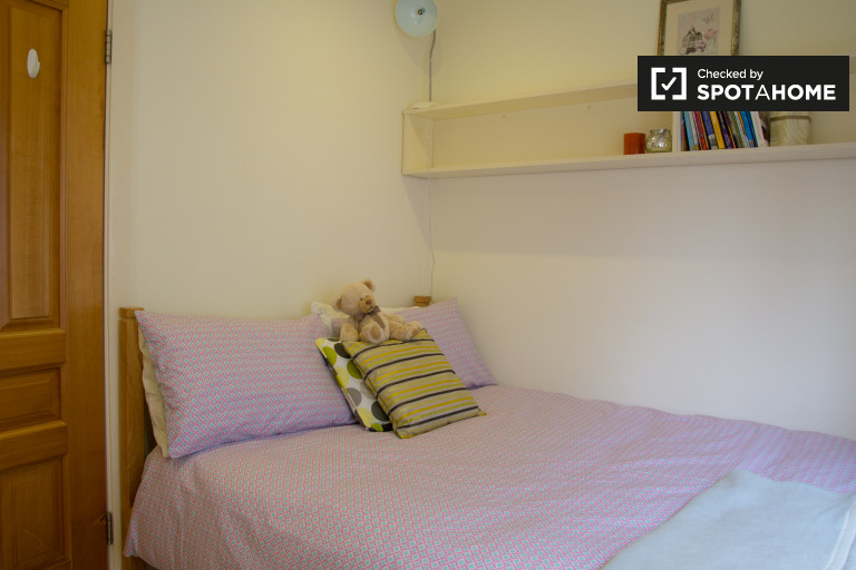 Intimate room in 3-bedroom apartment in Rathgar, Dublin