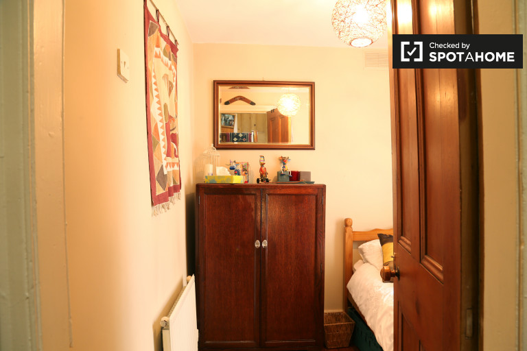 Single Bed in Rooms to rent in spacious 3-bedroom house in the Old City