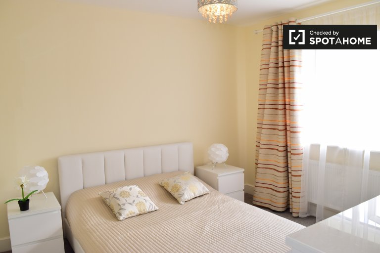 Double Bed in Rooms to rent in stylish 3-bedroom house in Clonsilla