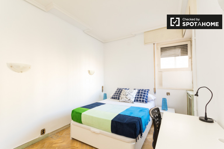 Double Bed in Rooms for rent in spacious 6-bedroom apartment in Retiro