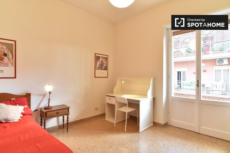 Room with balcony in 4-bedroom apartment in Rome