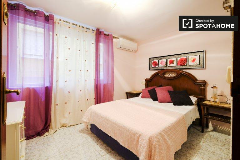 Przestronny pokój w apartamencie z 3 sypialniami w La Elipa w Madrycie