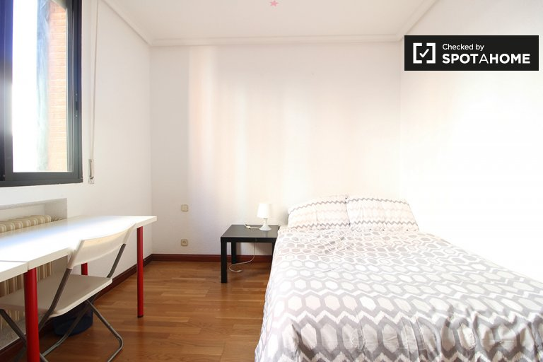 Double Bed in Furnished rooms for rent in 7-bedroom apartment in Tetuán