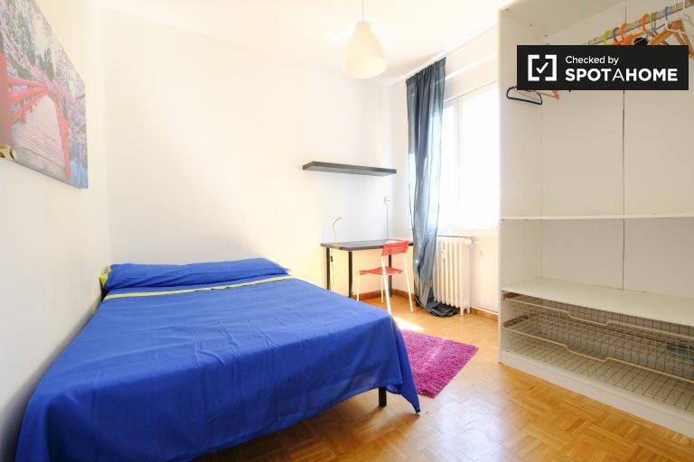 Luminous room in 4-bedroom apartment in Latina, Madrid