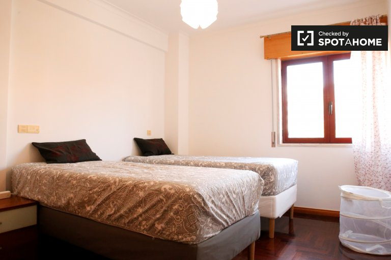 Comfortable room in 2-bedroom apartment in Talaide, Lisboa