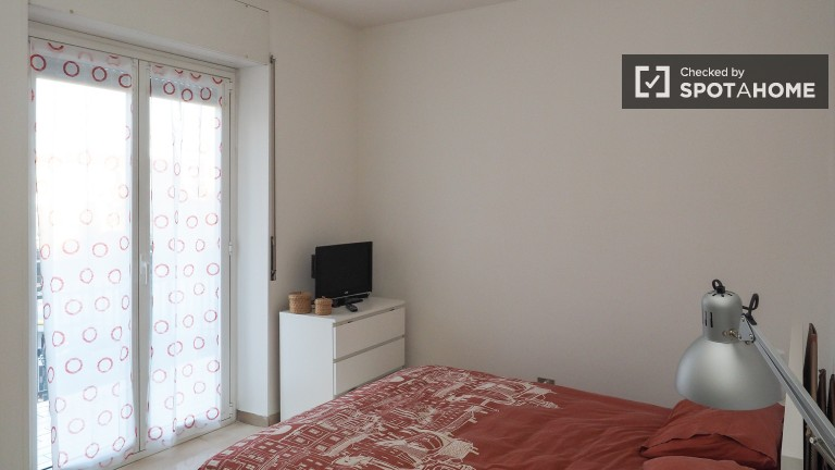 Double Bed in rooms for rent in a renovated 3-bedroom apartment - Lorenteggio, Milan