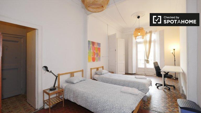 Room with balcony  in 7-bedroom apartment, Barrio Gotico