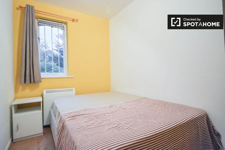 Ładny pokój w pięciopokojowym mieszkaniu w Lewisham w Londynie