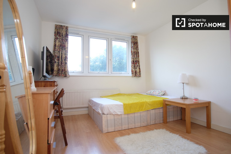 Double Bed in Furnished rooms to rent in a 3-bedroom apartment in Islington, Travelcard Zone 1