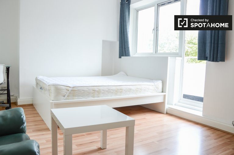 4-bedroom flat to rent in Canary Wharf, London