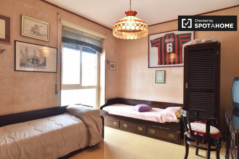 Espaçoso quarto em apartamento de 3 quartos em Ostiense, Roma