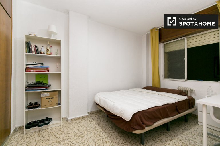 Comfortable room in 5-bedroom apartment in Centro, Granada