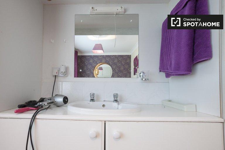 Stylowy pokój dwuosobowy do wynajęcia w domu z 4 sypialniami w Swords