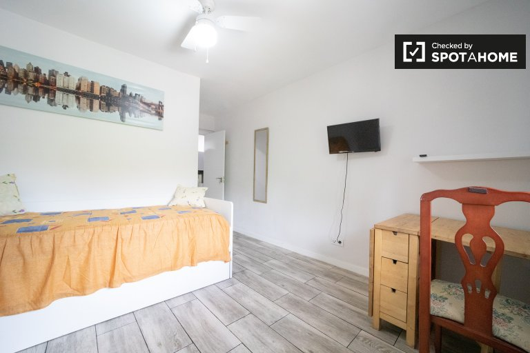 Room for rent in 4-bedroom apartment in Puente de Vallecas