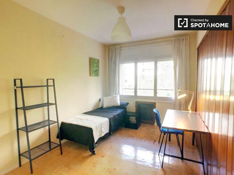 Przytulny pokój w apartamencie z 5 sypialniami w Chamartín, Madryt