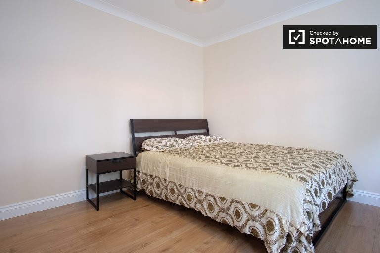 Huge room in great 5-bedroom flat in Edmonton, London