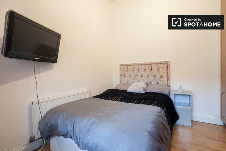Wygodny pokój do wynajęcia w domu z 4 sypialniami w Crumlin w Dublinie