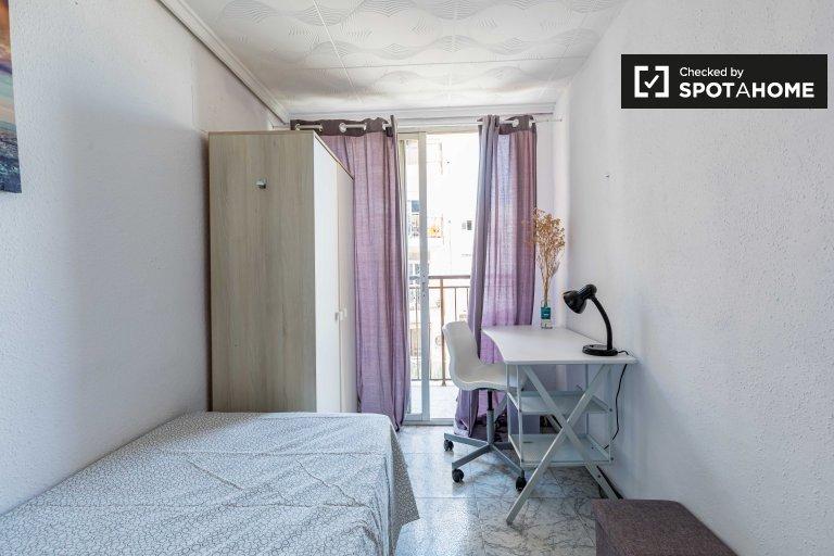 Jasny pokój do wynajęcia w 5-pokojowym mieszkaniu w Benimaclet