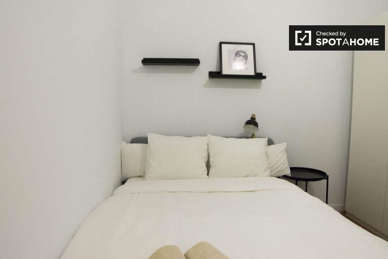 Furnished room in 6-bedroom apartment in Chamartín, Madrid