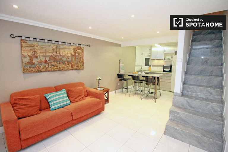 Modern 1-bedroom duplex apartment with AC for rent in Eixample Esquerra
