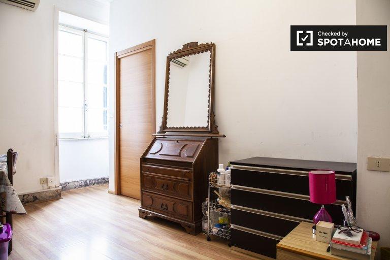 Acogedora habitación en apartamento de 3 dormitorios en San Giovanni, Roma