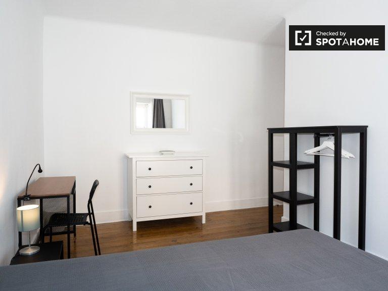 Lizbon'da Alfama'da 4 yatak odalı dairede kiralık oda
