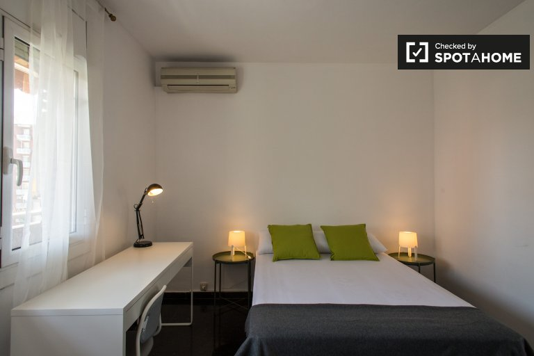 Spacious room in 6-bedroom in Les Corts, Barcelona
