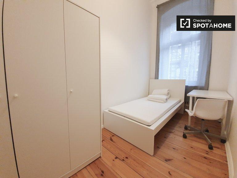 Camera in affitto in appartamento con 4 camere da letto a Reuterkiez