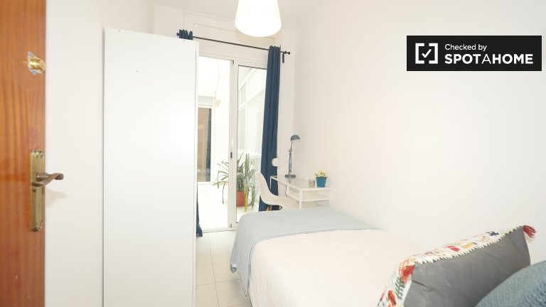 Cosy room for rent in 5-bedroom apartment, Barri Gòtic