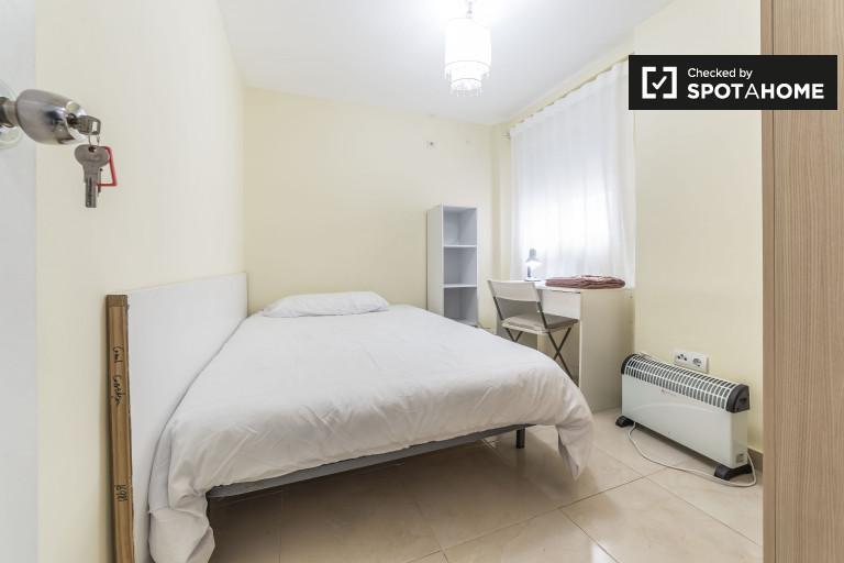 Cosy room in 3-bedroom apartment, Poblats Marítims, Valencia