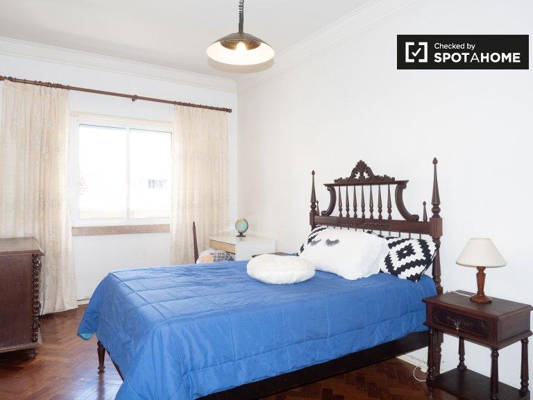 Amplia habitación en alquiler en apartamento de 4 dormitorios, Santo António.