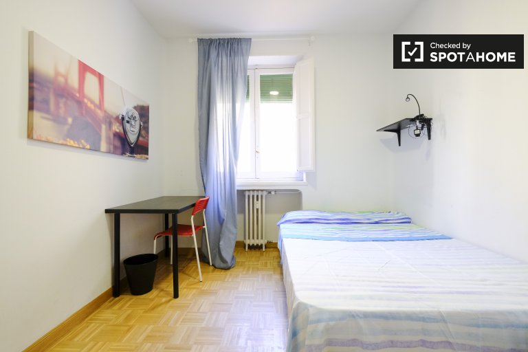 Cosy room for rent in 4-bedroom apartment, La Latina, Madrid