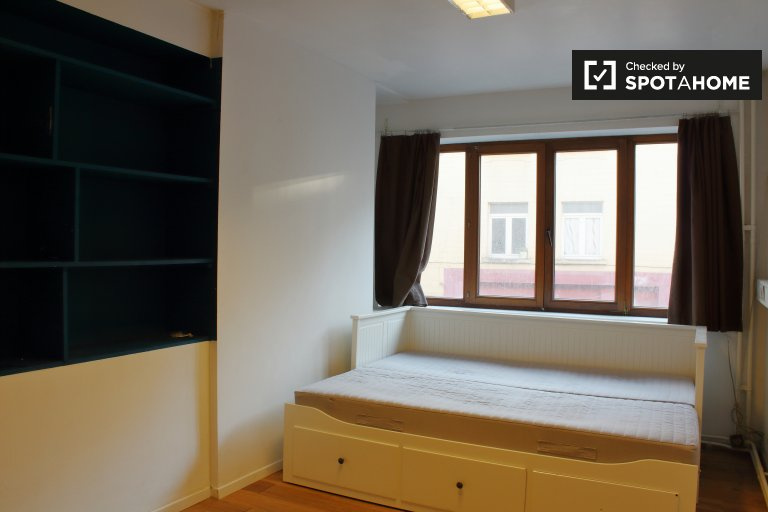 Room for rent io 4-bedroom apartment in Sablon, Brussels