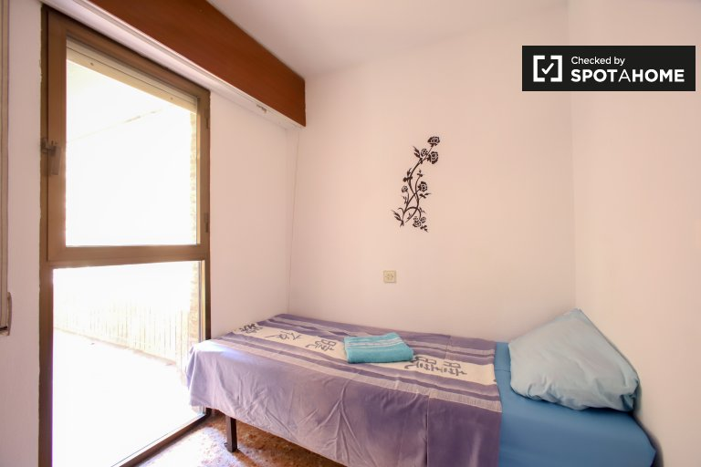 Bright room in 4-bedroom apartment in El Pla del Real