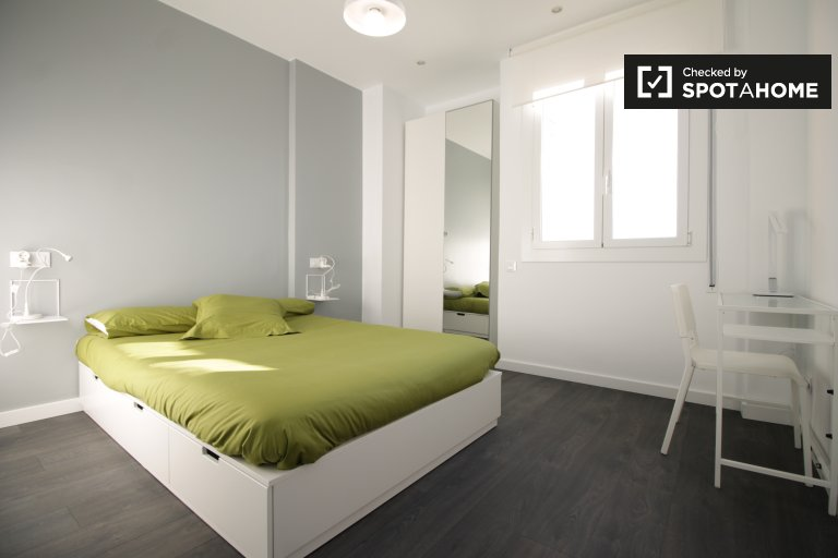 Modern room in 3-bedroom apartment - Poble Sec, Barcelona